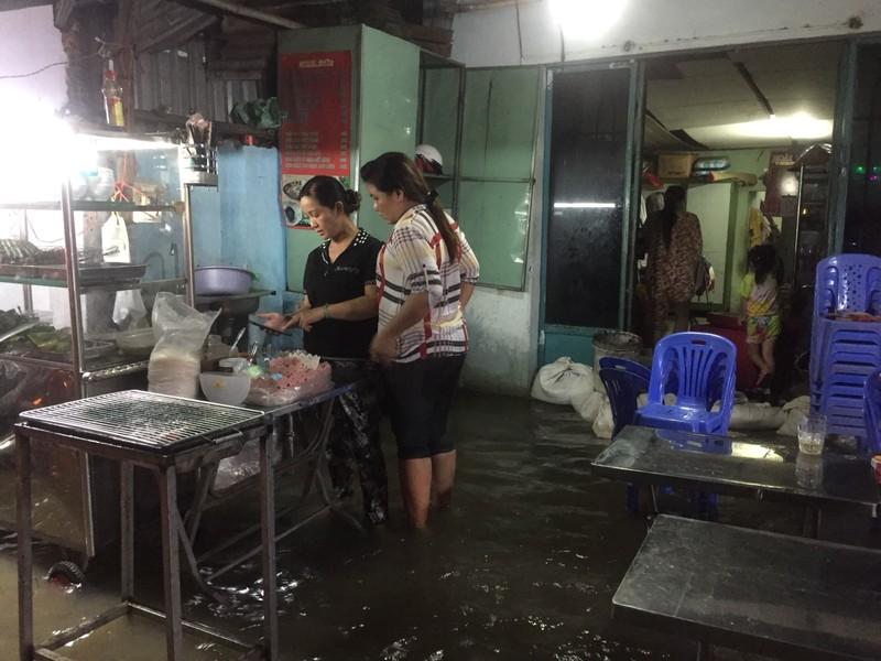 Nhiều nhà dân bị ngập, tài sản hư hỏng do triều cường dâng - ảnh 2