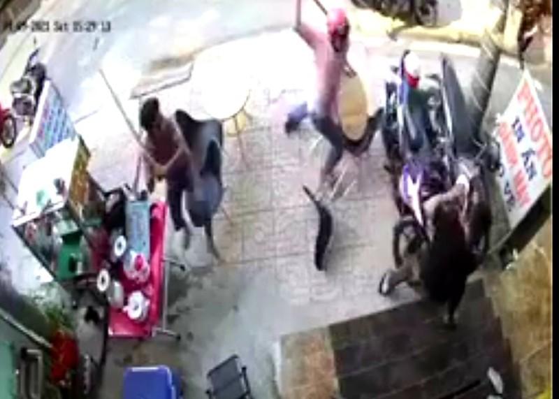 Công an triệu tập nhóm côn đồ tấn công người dân tại Nhà Bè - ảnh 1