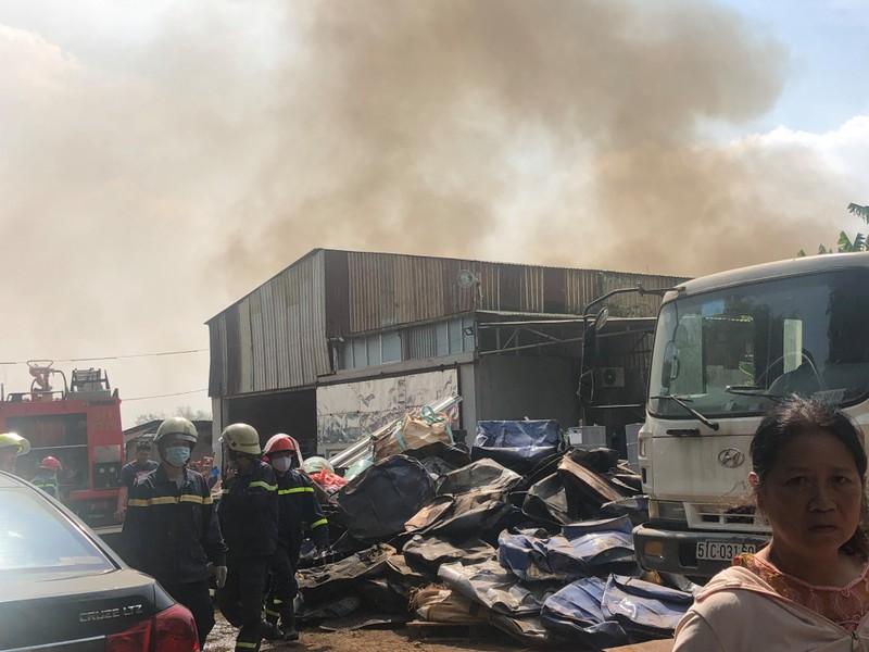 Cảnh sát ngăn đám cháy từ bãi phế liệu sang nhà xưởng ở quận 9 - ảnh 2