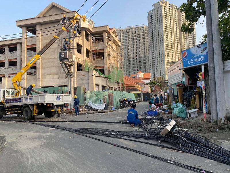 Người nước ngoài lái ô tô buồn ngủ tông ngã hàng loạt cột điện - ảnh 2