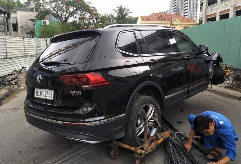 Người nước ngoài lái ô tô buồn ngủ tông ngã hàng loạt cột điện - ảnh 1