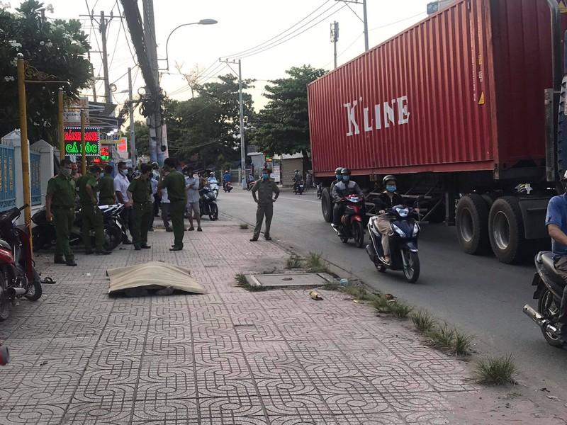 1 người đàn ông đang chạy xe máy thì gục chết ở vỉa hè - ảnh 1