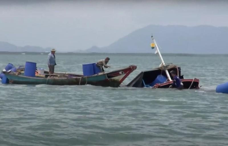 Sà lan tông chìm tàu lai dắt, 3 người trôi trên biển Cần Giờ - ảnh 1