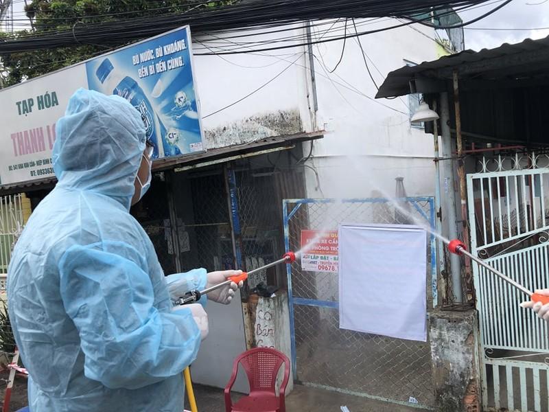 Hình ảnh quân sự phun 2.500 lít thuốc khử khuẩn tại TP Thủ Đức - ảnh 5