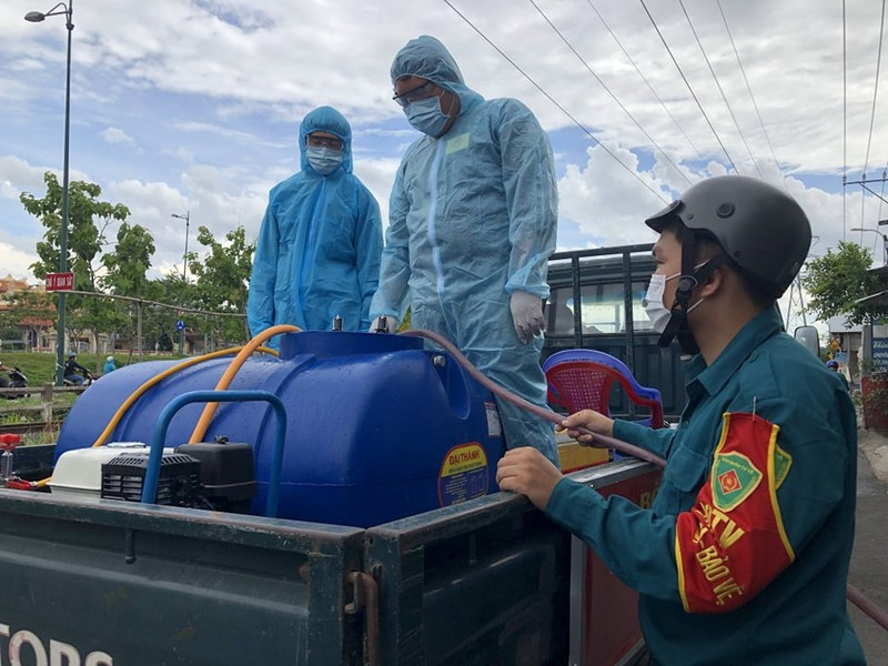 Hình ảnh quân sự phun 2.500 lít thuốc khử khuẩn tại TP Thủ Đức - ảnh 2