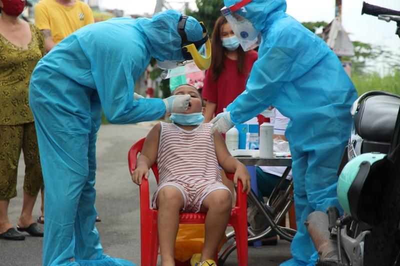 Hình ảnh quân sự phun 2.500 lít thuốc khử khuẩn tại TP Thủ Đức - ảnh 9