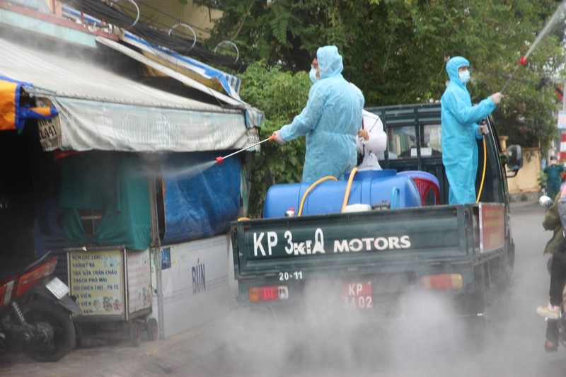Hình ảnh quân sự phun 2.500 lít thuốc khử khuẩn tại TP Thủ Đức - ảnh 6
