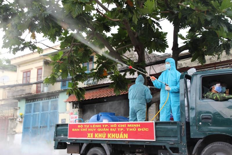 Hình ảnh quân sự phun 2.500 lít thuốc khử khuẩn tại TP Thủ Đức - ảnh 1