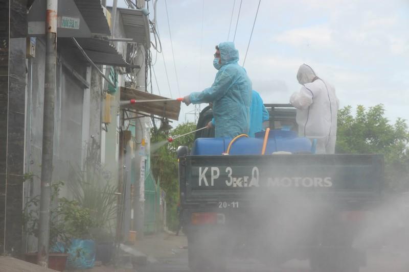 Hình ảnh quân sự phun 2.500 lít thuốc khử khuẩn tại TP Thủ Đức - ảnh 8