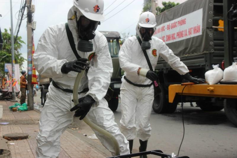 Hình ảnh Quân đội bắt đầu phun 6 tấn thuốc khử khuẩn trên toàn TP.HCM - ảnh 6