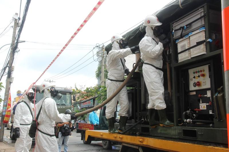 Hình ảnh Quân đội bắt đầu phun 6 tấn thuốc khử khuẩn trên toàn TP.HCM - ảnh 7
