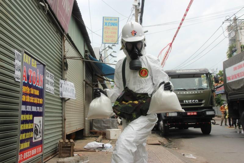 Hình ảnh Quân đội bắt đầu phun 6 tấn thuốc khử khuẩn trên toàn TP.HCM - ảnh 3