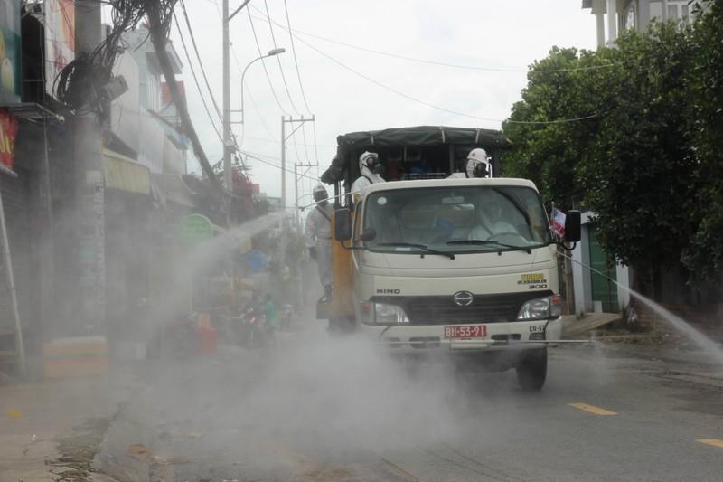Hình ảnh Quân đội bắt đầu phun 6 tấn thuốc khử khuẩn trên toàn TP.HCM - ảnh 15