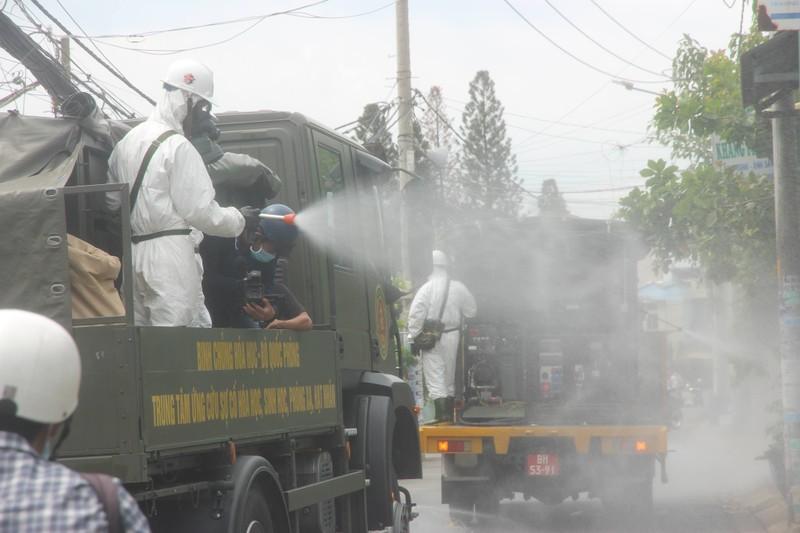 Hình ảnh Quân đội bắt đầu phun 6 tấn thuốc khử khuẩn trên toàn TP.HCM - ảnh 13