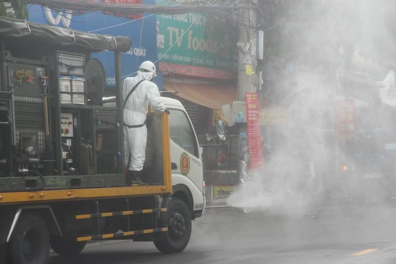 Hình ảnh Quân đội bắt đầu phun 6 tấn thuốc khử khuẩn trên toàn TP.HCM - ảnh 10