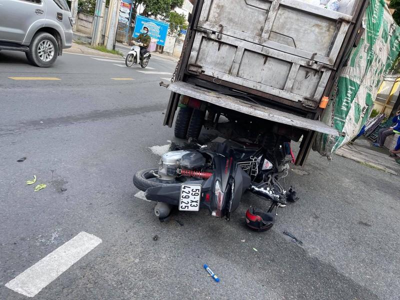 Tông đuôi xe chở rác đang dừng ở TP Thủ Đức, người đàn ông tử vong - ảnh 1