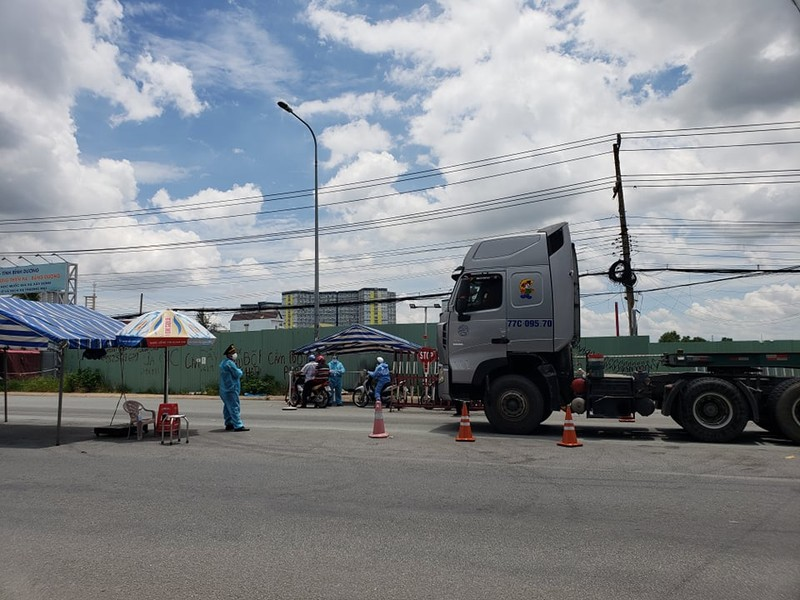 Một phóng viên scan giấy đi đường để thông chốt từ Đồng Nai qua TP.HCM - ảnh 1