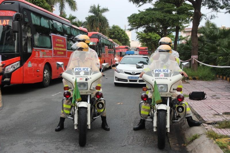 CSGT hộ tống 218 tình nguyện viên tỉnh Lâm Đồng vào TP.HCM chống dịch - ảnh 8