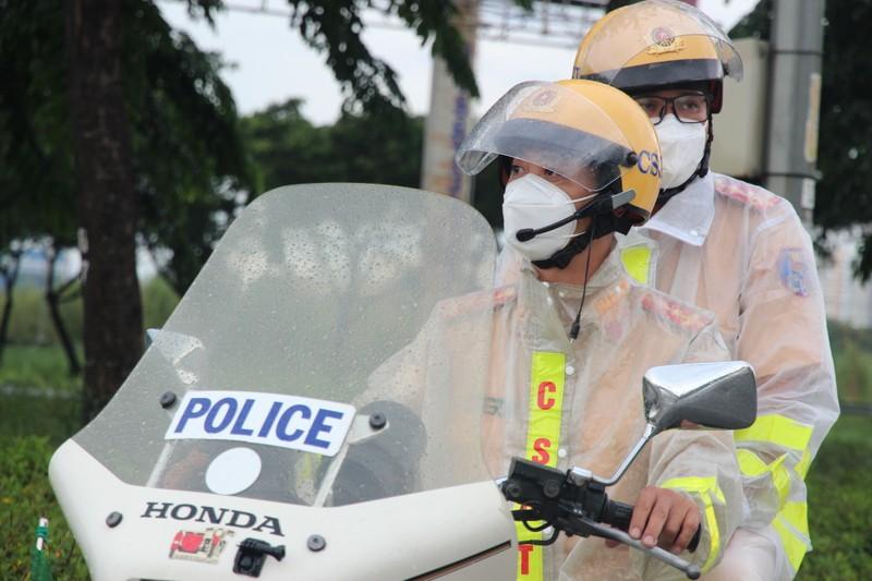 CSGT hộ tống 218 tình nguyện viên tỉnh Lâm Đồng vào TP.HCM chống dịch - ảnh 3