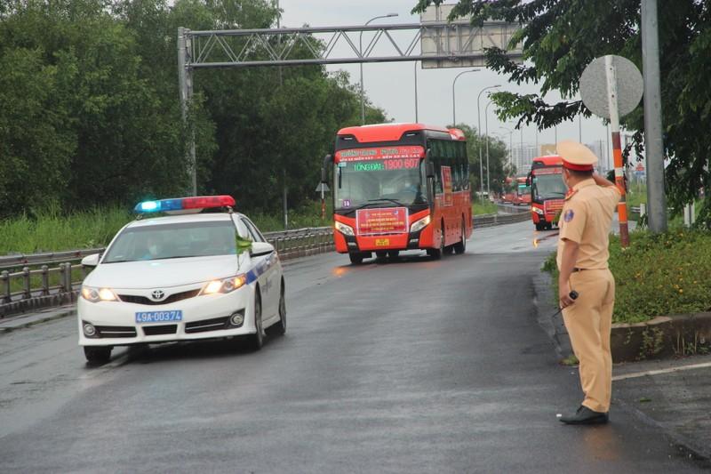 CSGT hộ tống 218 tình nguyện viên tỉnh Lâm Đồng vào TP.HCM chống dịch - ảnh 1
