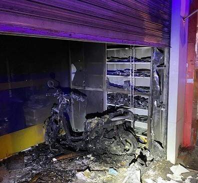 TP Thủ Đức: Cảnh sát phá cửa cứu 2 người thoát nạn trong đám cháy - ảnh 1