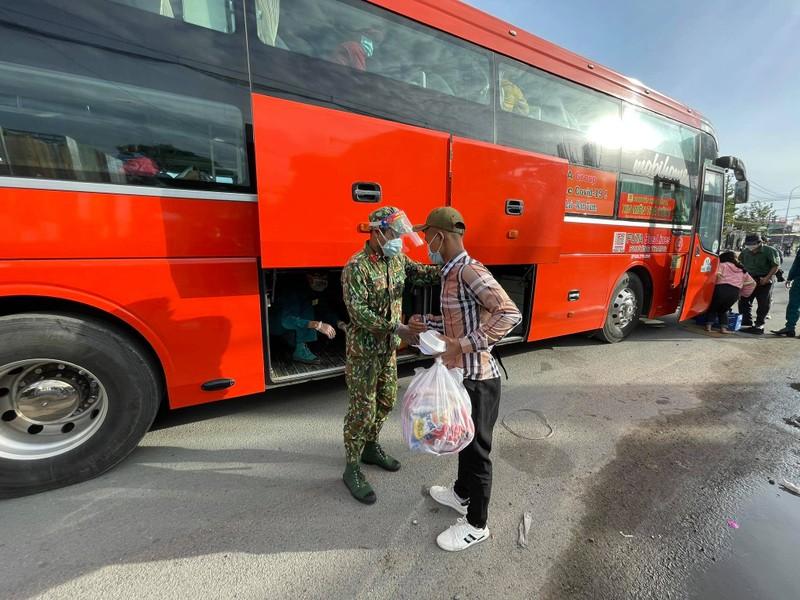 Đi bộ từ Long An về tây Nguyên, đến TP.HCM được bộ đội đưa về - ảnh 3