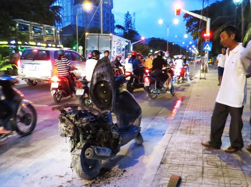 Xe máy bốc cháy khi đang chạy giữa đường phố - ảnh 1