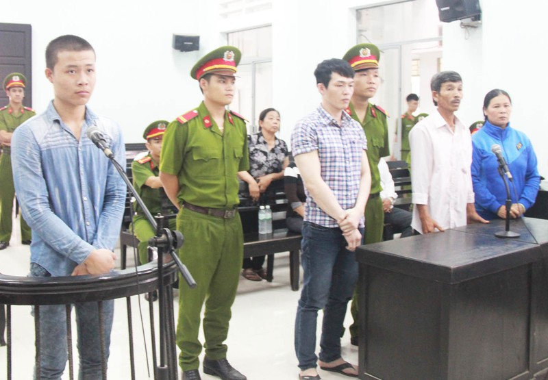 Bị cáo Lê Tấn Khỏe (bìa trái) và Lê Mnh Phát (thứ ba từ trái sang) nghe tòa tuyên án. Ảnh: TẤN LỘC