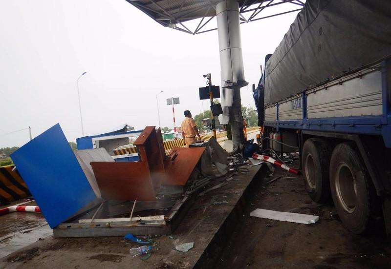 Lực lượng công an khám nghiệm hiện trường vụ tai nạn