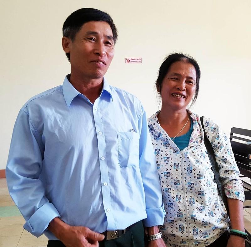 Vợ chồng ông Tống Văn Thọ vui mừng sau khi tòa phúc thẩm tuyên hủy quyết định kỷ luật đối với ông. Ảnh: TẤN LỘC