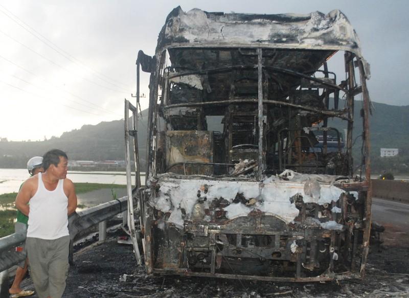 Xe giường nằm cháy rụi, 25 hành khách chạy thoát thân - ảnh 1