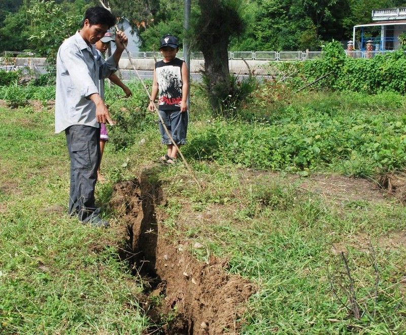 Một đoạn sụt lún cạnh quốc lộ 1 đoạn qua dốc Vườn Xoài thuộc phường Xuân Đài, thị xã Sông Cầu. Ảnh: KHẮC NHO