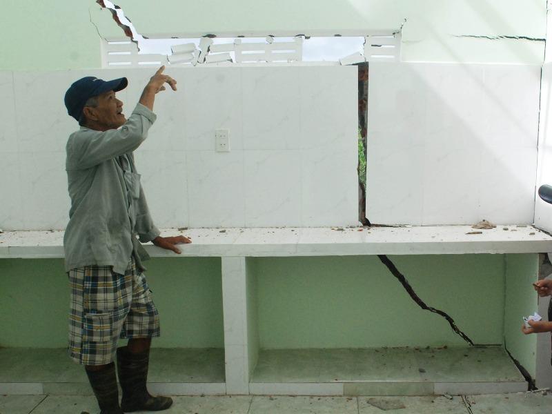 Ngôi nhà của ông Nguyễn Mạnh Thung (ở phường Xuân Đài, thị xã Sông Cầu, Phú Yên) bị nứt vỡ nghiêm trọng do quốc lộ 1 sụt lún. Ảnh: KHẮC NHO