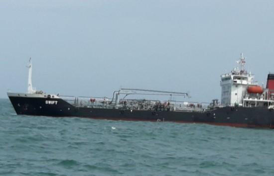 Tạm giữ tàu nước ngoài chở trái phép hơn 4.000 tấn xăng - ảnh 1
