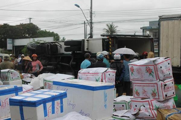 Hàng chục người gom hàng giúp tài xế xe tải bị nạn - ảnh 2