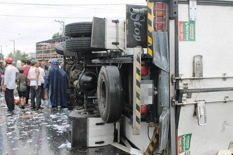 Hàng chục người gom hàng giúp tài xế xe tải bị nạn - ảnh 1