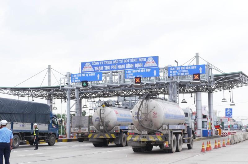 Bốn làn đường của trạm thu phí BOT Nam Bình Định bị xe bồn dừng chặn trưa 10-12