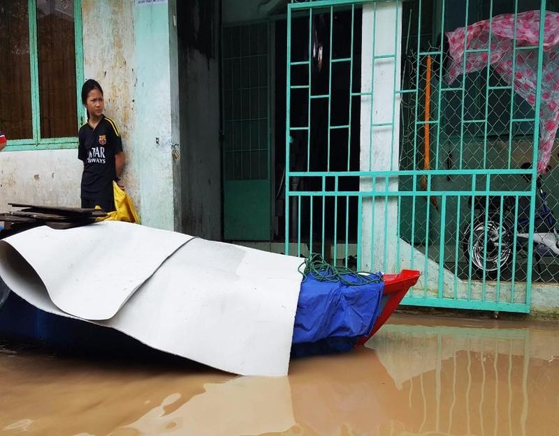 Sáng 14-12, một số khu vực vùng ven TP Tuy Hòa vẫn còn bị ngập