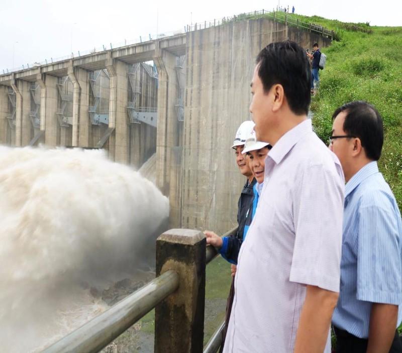 Ngày 14-12, các thủy điện ở Phú Yên vẫn tiếp tục xả lũ
