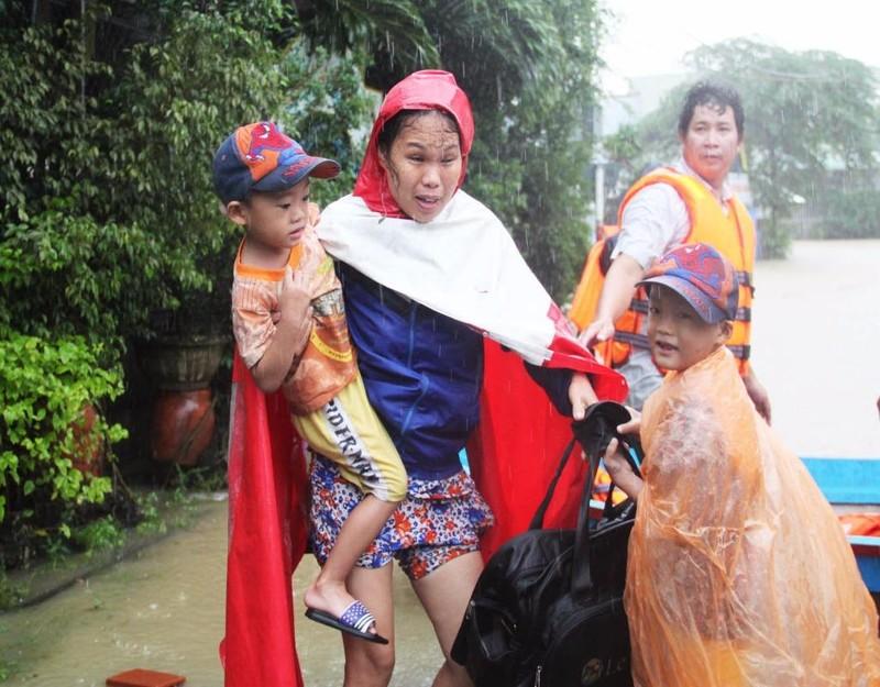 Hơn 2.000 hộ gia đình ở Bình Định phải sơ tán đi tránh lũ