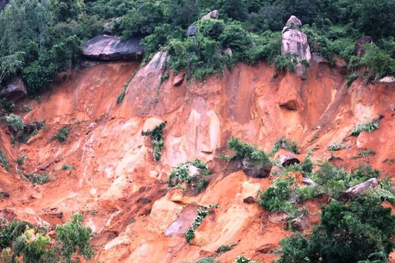 Đang tìm kiếm hai mẹ con vụ sạt lở núi ở Nha Trang - ảnh 1