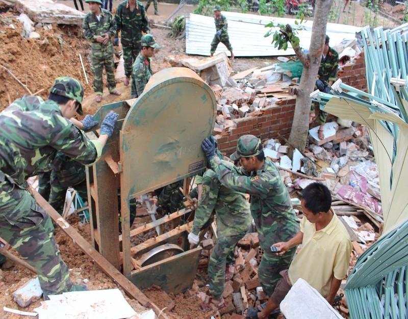 Bộ đội giúp người dân tìm kiếm, thu gom tài sản trong đống đổ nát