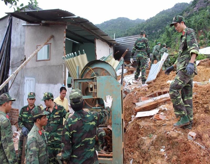Lực lượng bộ đội giúp người dân thu dọn nhà cửa, đồ đạc bị chôn lấp