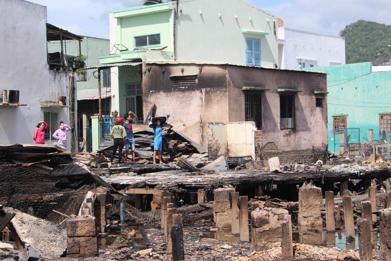 Có đến 70 căn nhà ở Nha Trang bị thiêu rụi - ảnh 9