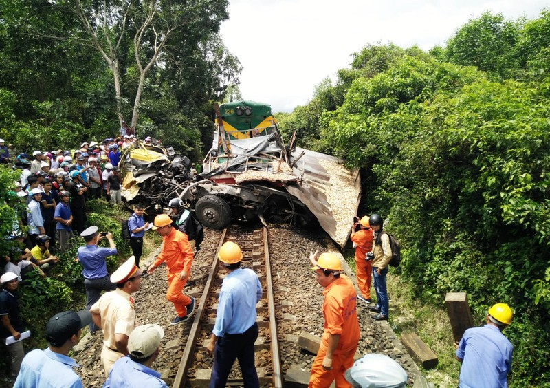 Đường sắt Bắc-Nam tê liệt do xe tải dính chặt tàu lửa - ảnh 1