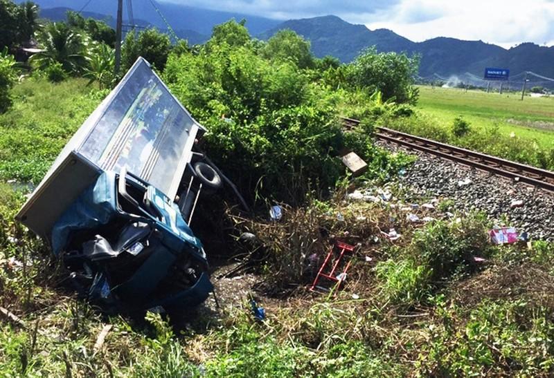 Xe tải bị tàu lửa hất văng, 3 người thương vong - ảnh 1