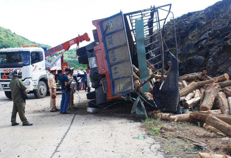 Xe chở gỗ đâm vào vách núi, tài xế bị đè chết  - ảnh 1