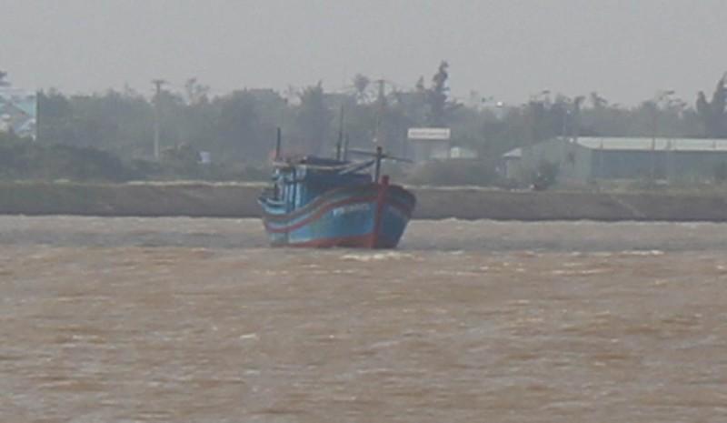 Ba tàu cá mắc cạn, một ngư dân mất tích - ảnh 1