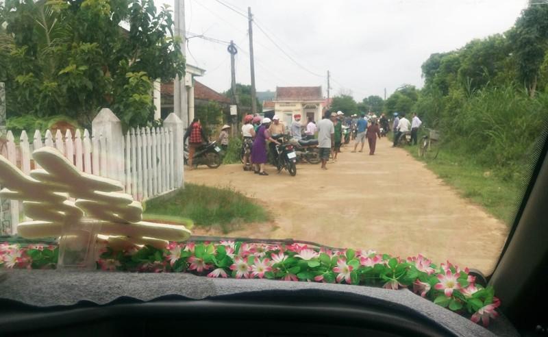 Trưởng thôn không chịu xin lỗi vụ chặn xe cưới đòi tiền - ảnh 1