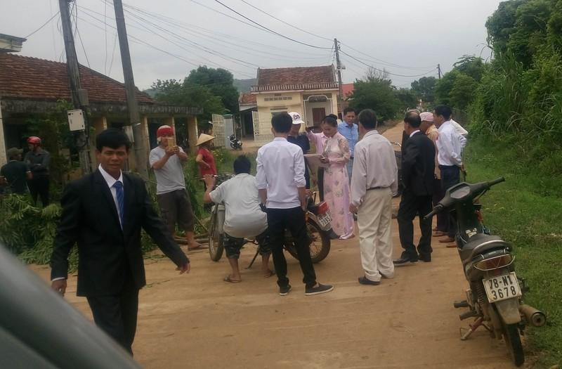 Trưởng thôn không xin lỗi vụ chặn xe cưới vì 'dân không cho phép' - ảnh 1